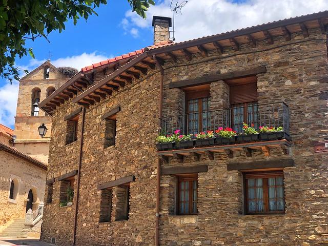 Montejo de la Sierra, uno de los pueblos de arquitectura negra en la Sierra del Rincón (Madrid)