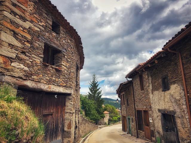 La Hiruela (Pueblo de arquitectura negra en la Sierra Norte de Madrid)