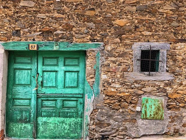 Fachada de una casa de La Hiruela (Madrid)