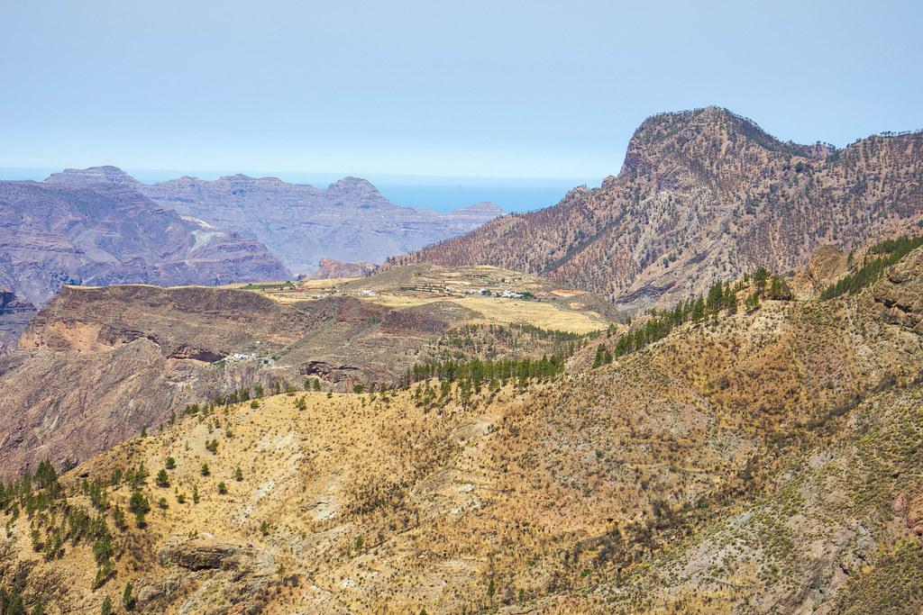 Caldera de Tejeda con montaña Altavista y Mesa de Acusa