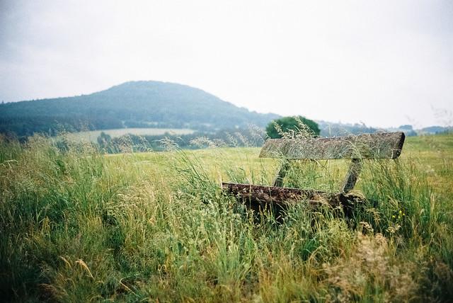 Landschaft mit Bank