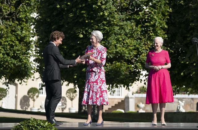 Koningin Magrethe van Denemarken en Douairière Vorstin Benedikte van Sayn-Wittgenstein-Berleburg reiken Koningin Ingrid Beurzen uit (2020)