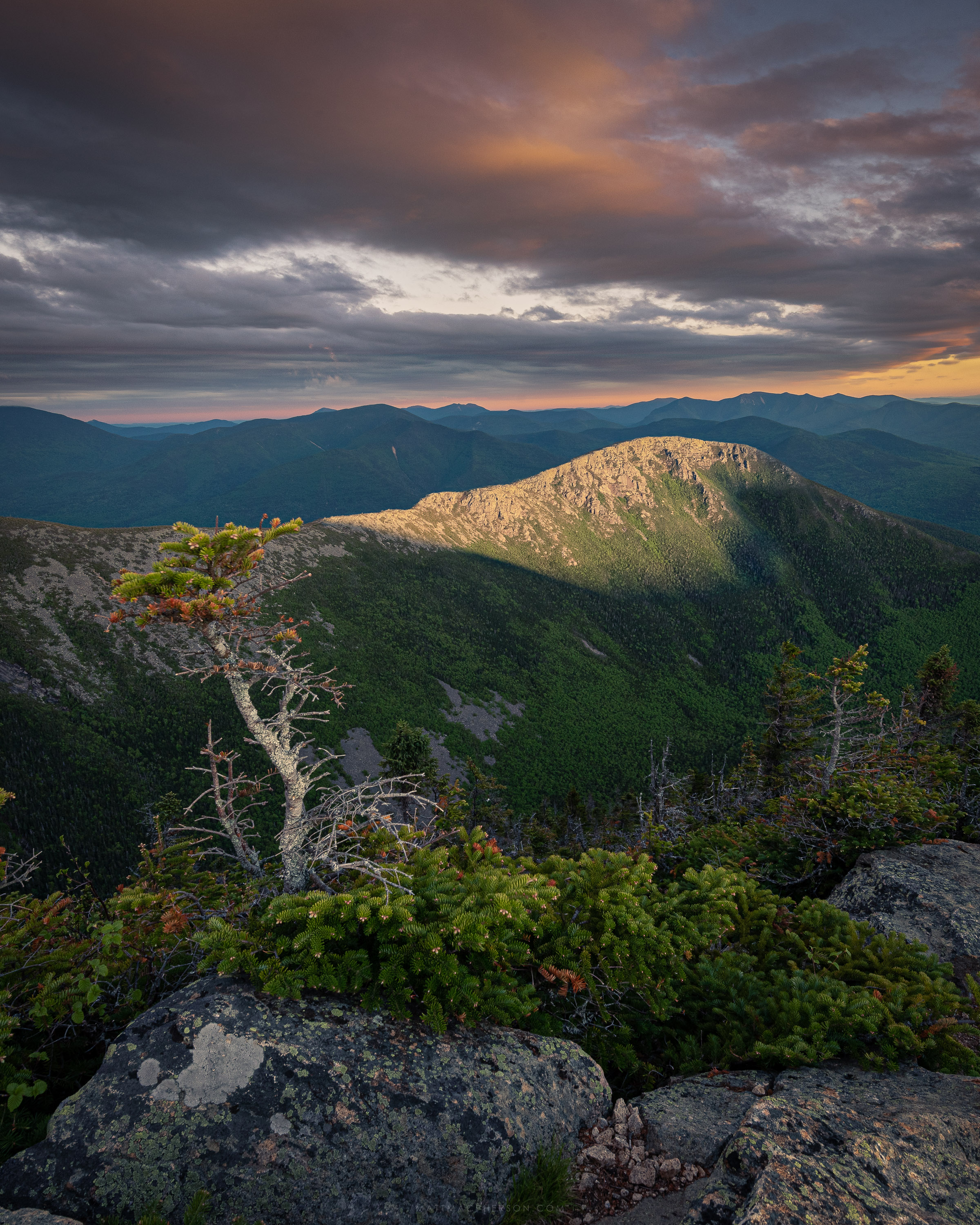 Bondcliff lit up by the last moments of sunset, New Hampshire [OC][3000x2000]