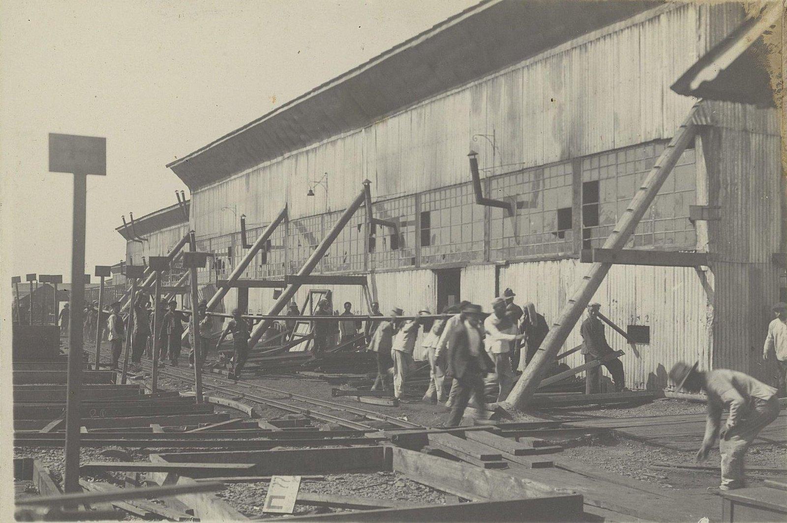 83. Подача частей каркаса из склада через люки в стенах ангаров на шаблоны