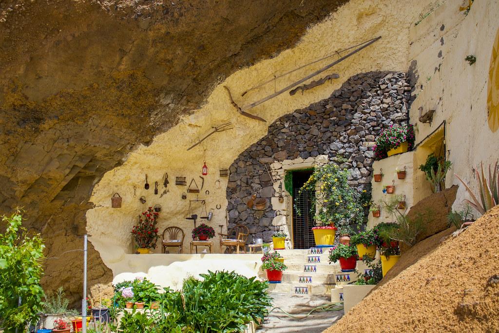 La fachada de una Casa-Cueva es algo que ver en Artenara