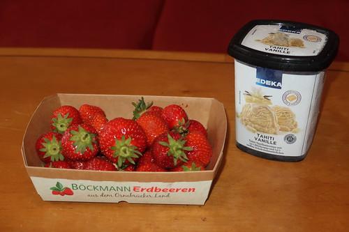 Erdbeeren aus dem Osnabrücker Land und Erdbeeren zu Vanilleeiscreme mit weißen Schokoladenstückchen vom Edeka