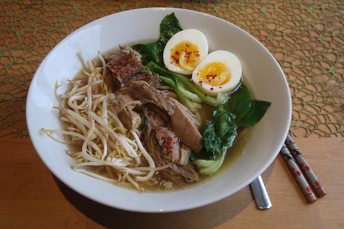 Ramen mit Schweinefleisch, gekochtem Ei, Sojasprossen und Pakchoi (meine Schale)