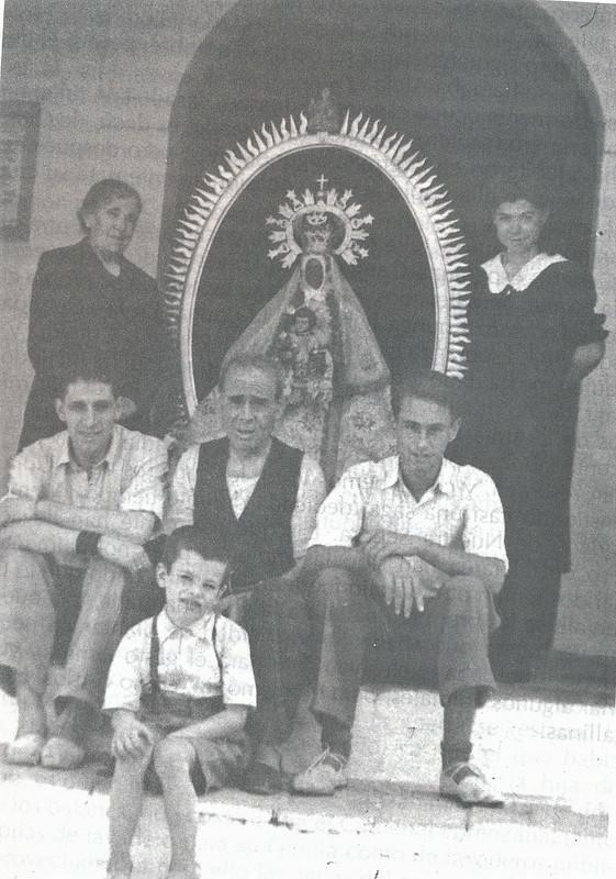 Santeros de la Virgen de la Guía en 1945. Foto cedida por Esperanza García Calvo para el libro de Emilio Vaquero Fernández-Prieto dedicado a la ermita en 1996
