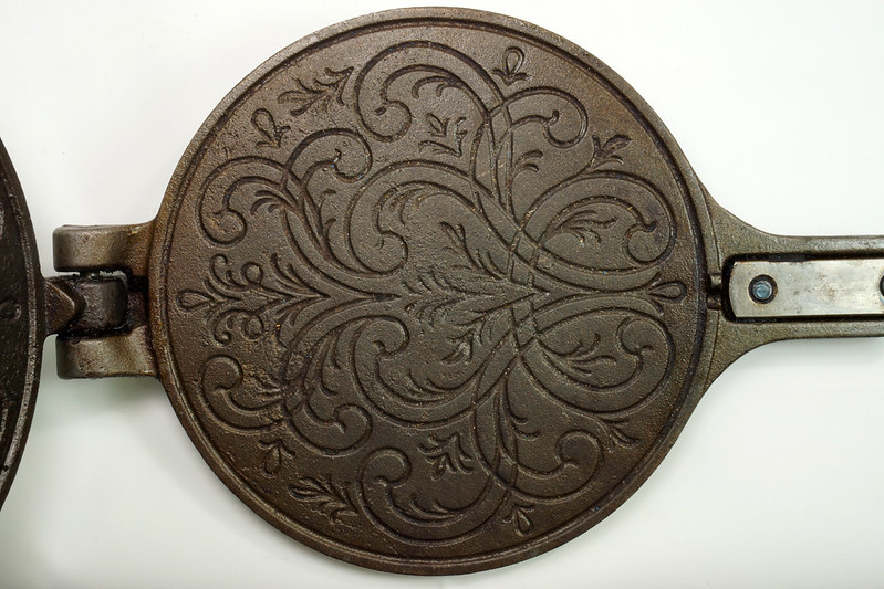 RD24206 Vintage Jotul Norway 6 inch Cast Iron Crepe Krumcake Maker & Base with Bakelite Handles DSC08162