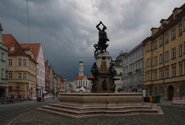 Herkulesbrunnen und St. Ulrich