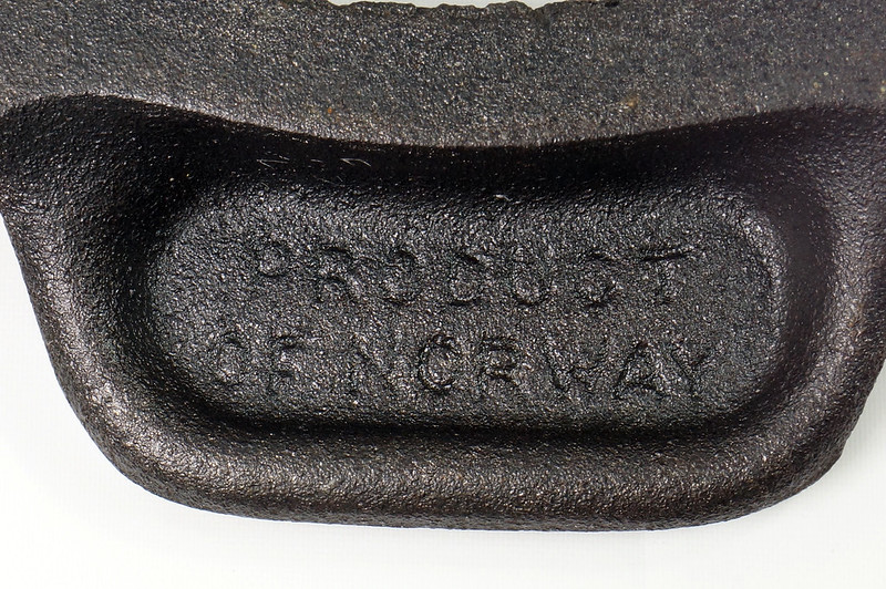 RD24206 Vintage Jotul Norway 6 inch Cast Iron Crepe Krumcake Maker & Base with Bakelite Handles DSC08159