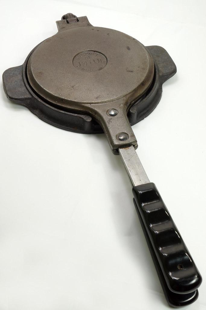 RD24206 Vintage Jotul Norway 6 inch Cast Iron Crepe Krumcake Maker & Base with Bakelite Handles DSC08156