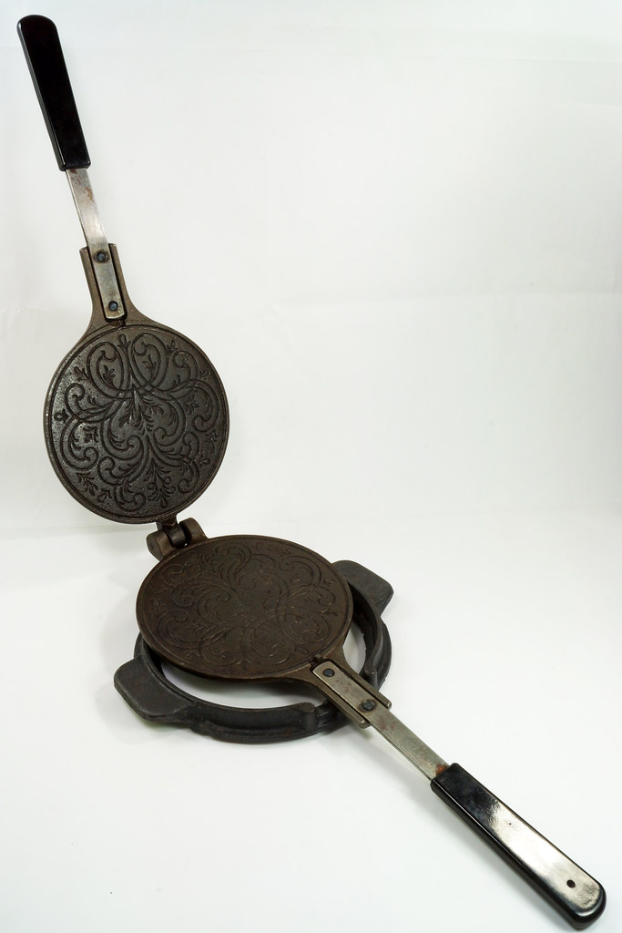 RD24206 Vintage Jotul Norway 6 inch Cast Iron Crepe Krumcake Maker & Base with Bakelite Handles DSC08155