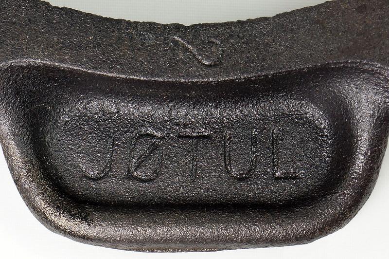 RD24206 Vintage Jotul Norway 6 inch Cast Iron Crepe Krumcake Maker & Base with Bakelite Handles DSC08160