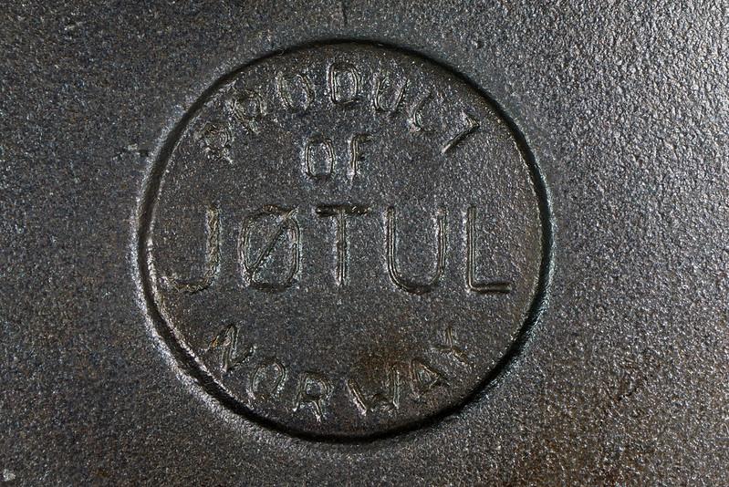 RD24206 Vintage Jotul Norway 6 inch Cast Iron Crepe Krumcake Maker & Base with Bakelite Handles DSC08164