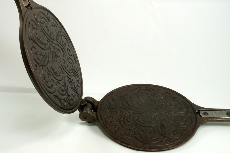 RD24206 Vintage Jotul Norway 6 inch Cast Iron Crepe Krumcake Maker & Base with Bakelite Handles DSC08163