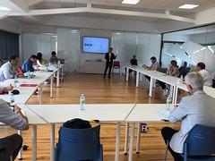 El alcalde Juan Carlos Abascal explicó el proyecto a la Junta Directiva de la Escuela de Armería de Eibar.