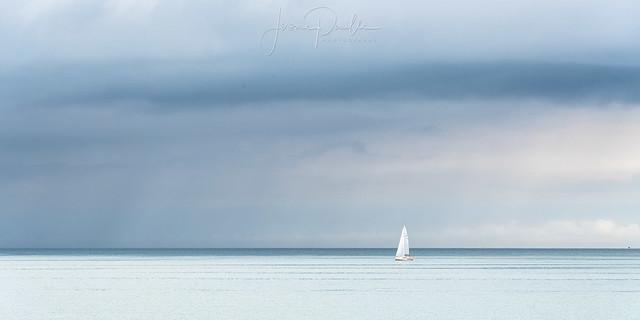 Entrée du port de Boulogne-sur-Mer sous un ciel gris d'orage