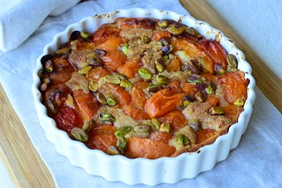 Almond streusel with apricots and pistachios
