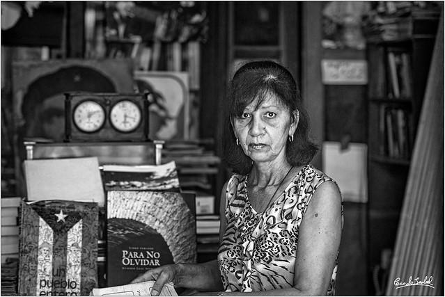 Habana, Yolanda en el cementerio de los libross olvidados_Havana, Yolanda in the cementery of forgotten books.