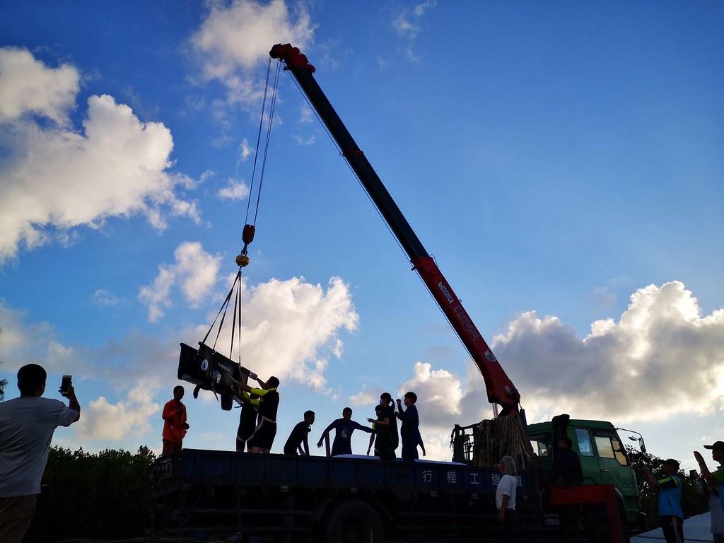 小虎鯨野放前先由獸醫師實施鎮定,以吊車搬運上船。圖片來源:海保署