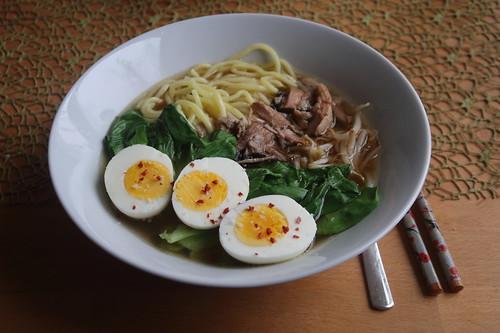 Ramen mit Schweinefleisch, gekochtem Ei, Sojasprossen und Pakchoi (2. Tag)