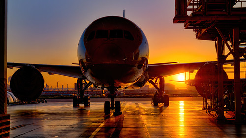 boeing787dreamliner sunset aircraft tokyohanedaairport tokyointernationalairport hnd allnipponairways anaaircraftmaintenancefacility hangar