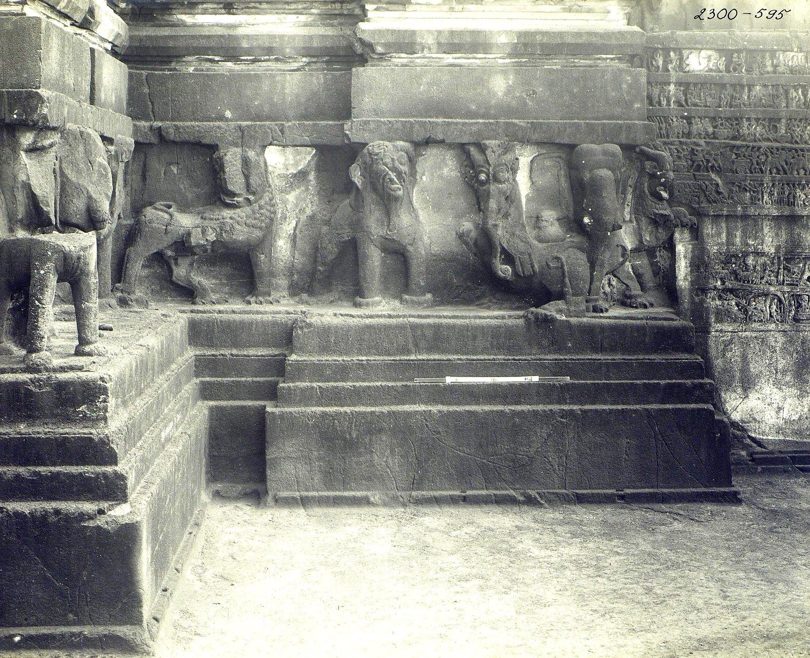 Храм Кайласа в Эллоре (деталь рельефа со слонами и львами) (23)