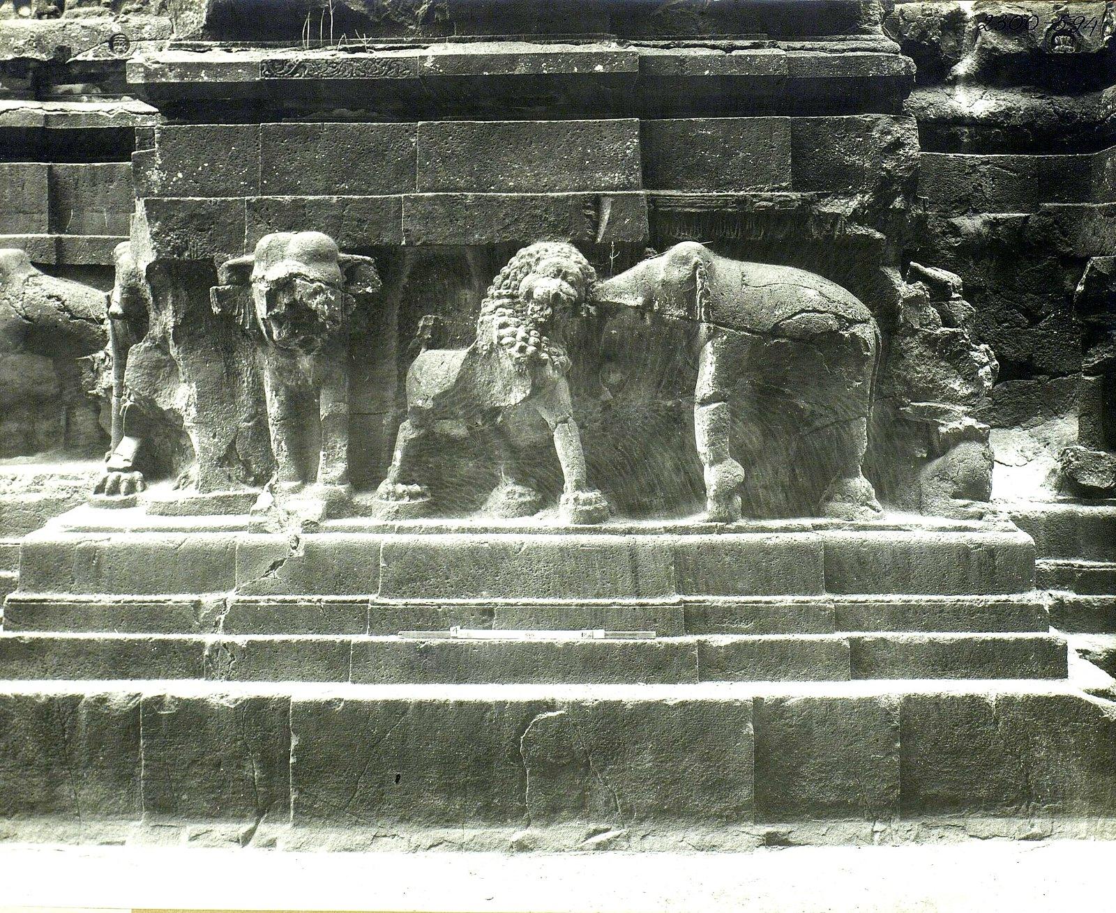 Храм Кайласа в Эллоре (деталь рельефа со слонами и львами) (22)