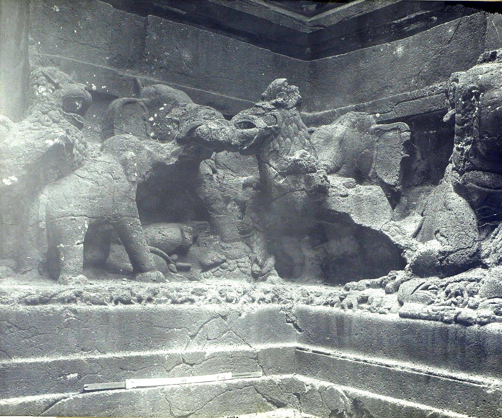 Храм Кайласа в Эллоре (деталь рельефа со слонами и львами) (17)