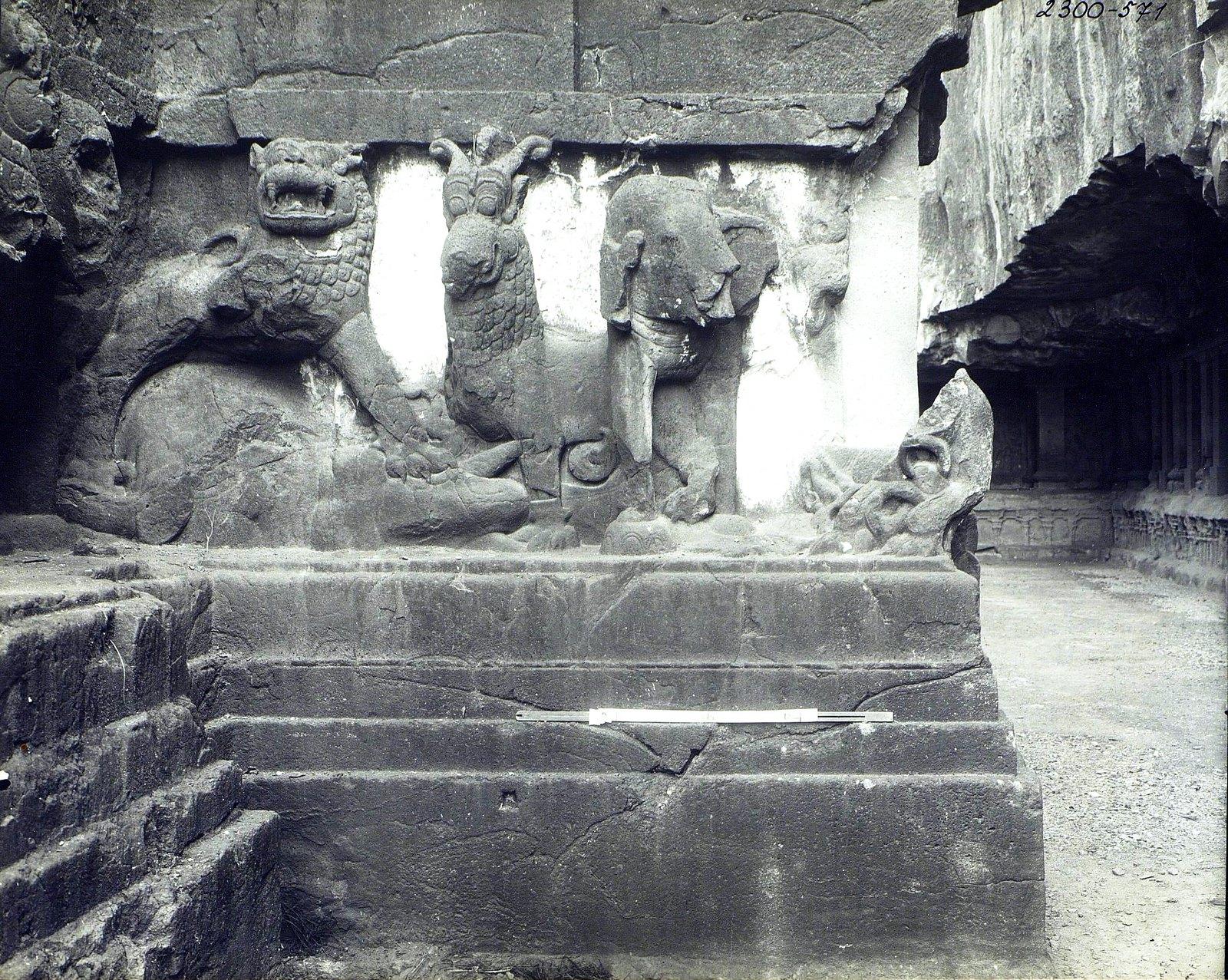 Храм Кайласа в Эллоре (деталь рельефа со слонами и львами) (5)