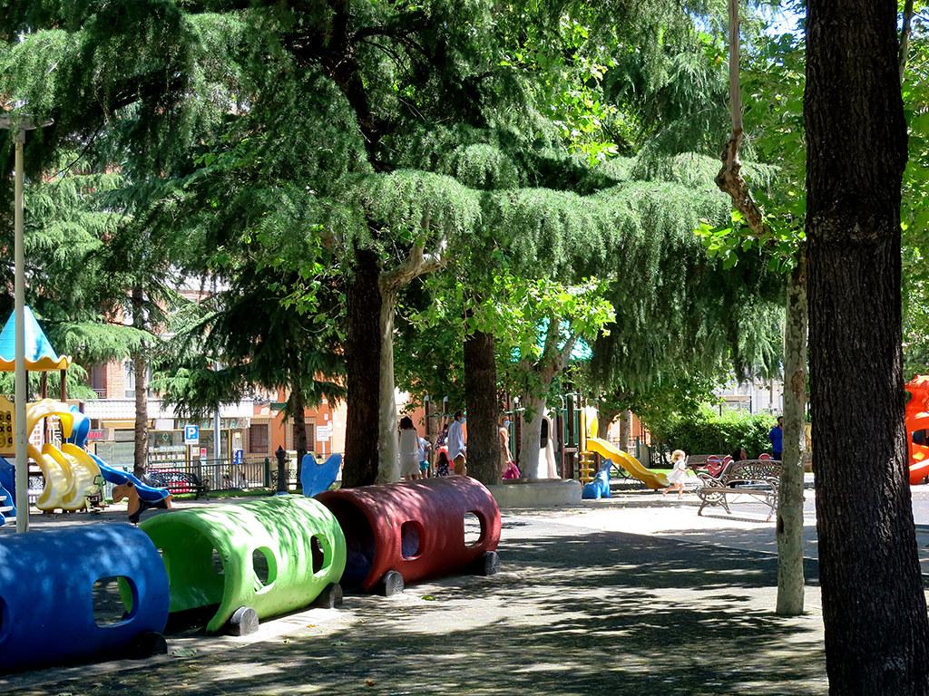 Parques y zonas infantiles abiertas.  (12)