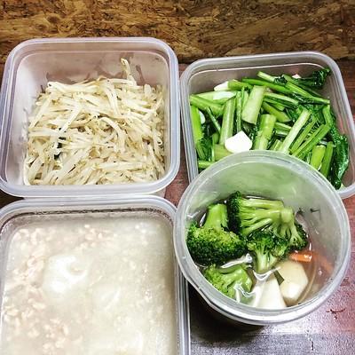 今週の作り置きはモヤシのナムル胡椒ツヨツヨ、小松菜のニンニクベーコン塩炒め、カブの鶏そぼろしょうが餡掛け、カブ・ニンジン・ブロッコリーのピクルス。 カブと小松菜が自家製!