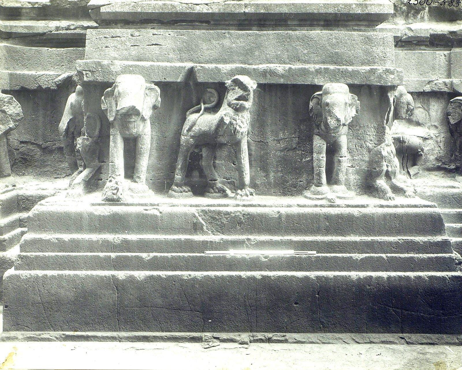 Храм Кайласа в Эллоре (деталь рельефа со слонами и львами) (12)