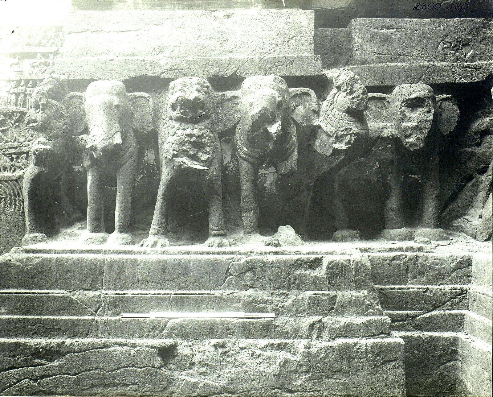 Храм Кайласа в Эллоре (деталь рельефа со слонами и львами) (10)