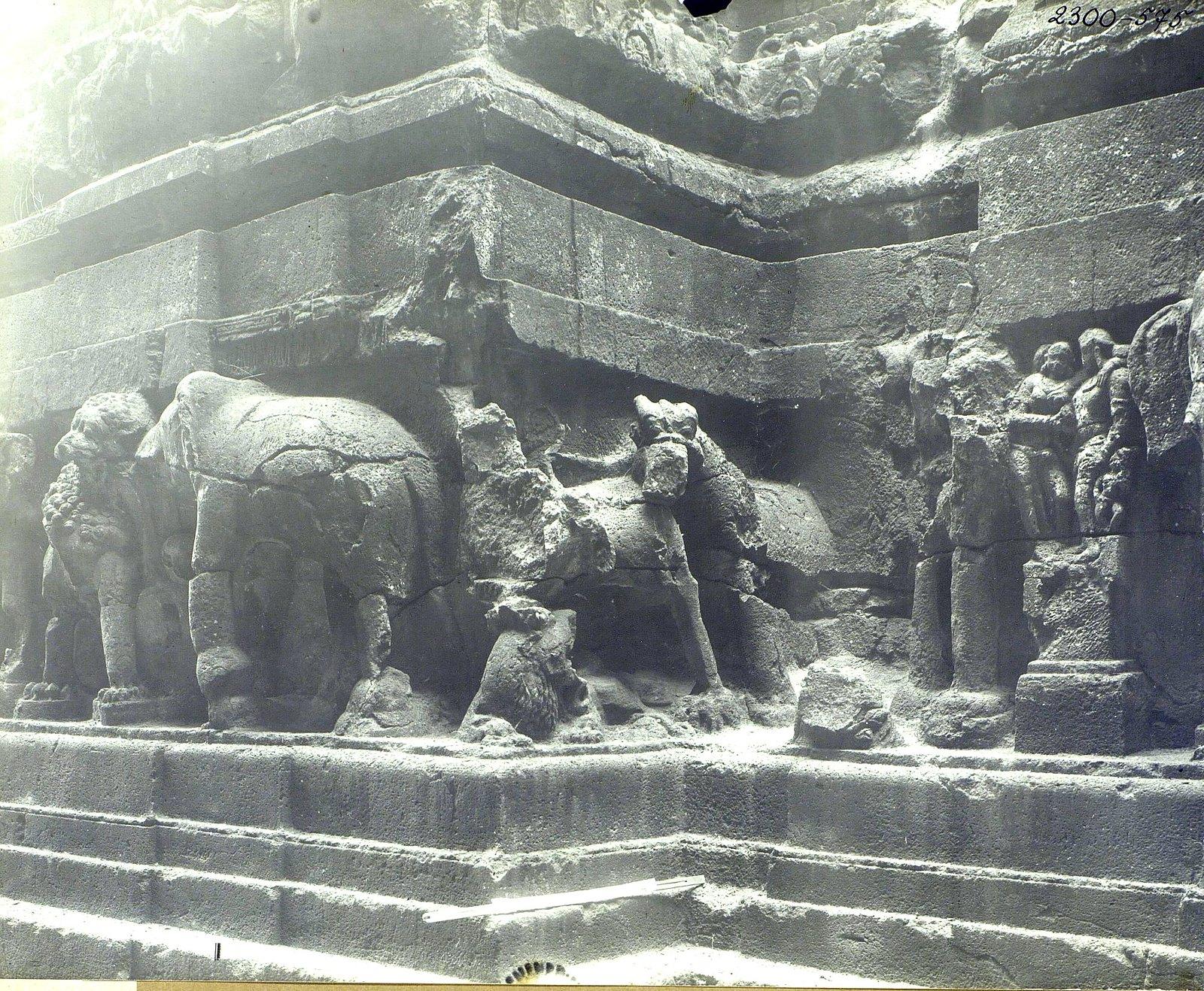 Храм Кайласа в Эллоре (деталь рельефа со слонами и львами) (8)