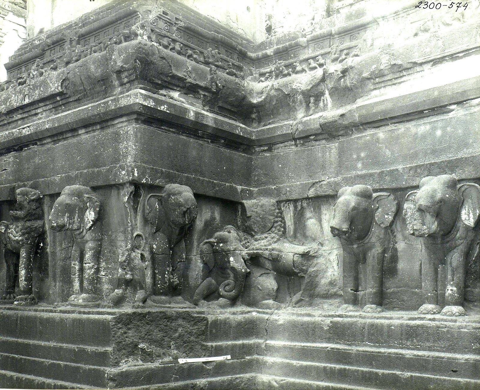Храм Кайласа в Эллоре (деталь рельефа со слонами и львами) (7)