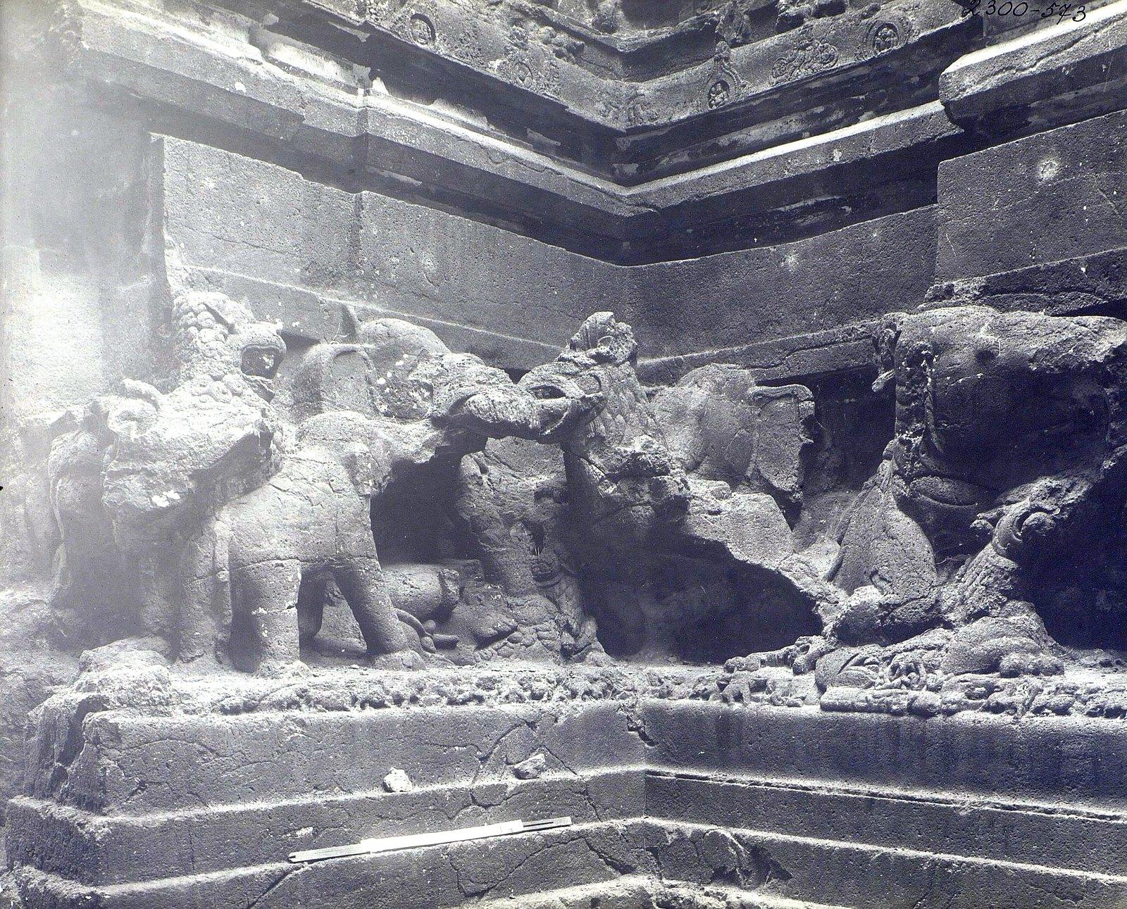 Храм Кайласа в Эллоре (деталь рельефа со слонами и львами) (6)