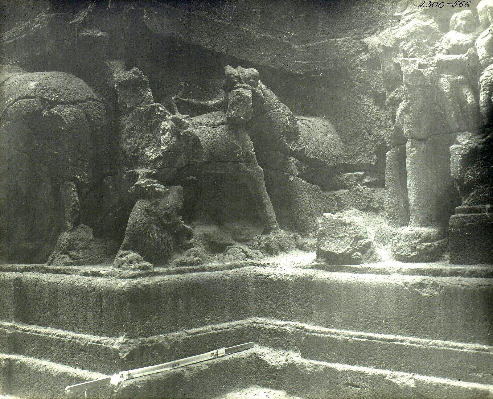 Храм Кайласа в Эллоре (деталь рельефа со слонами и львами) (3)