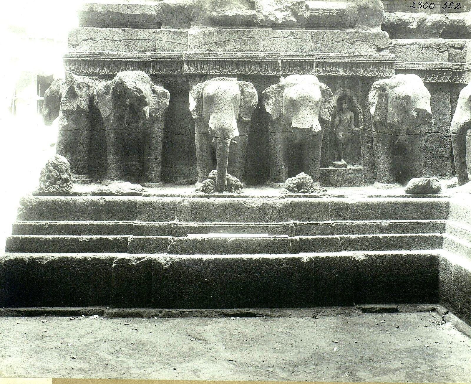 Храм Кайласа в Эллоре (деталь рельефа со слонами и львами) (1)