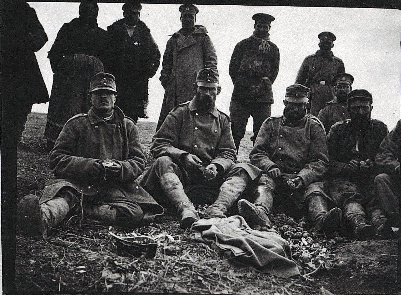 Австрийские пленные чистят картошку для питательного пункта