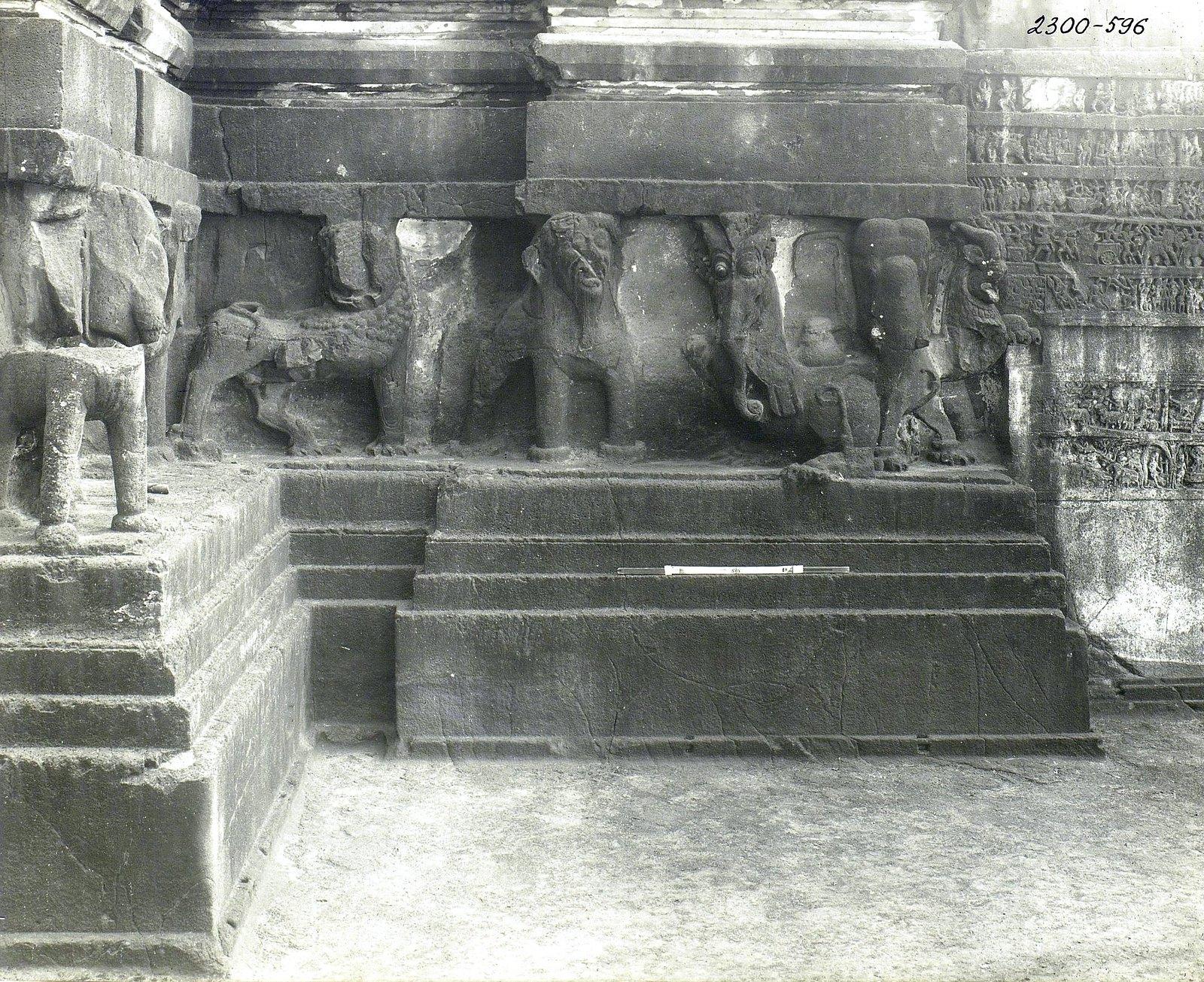 Храм Кайласа в Эллоре (деталь рельефа со слонами и львами) (24)