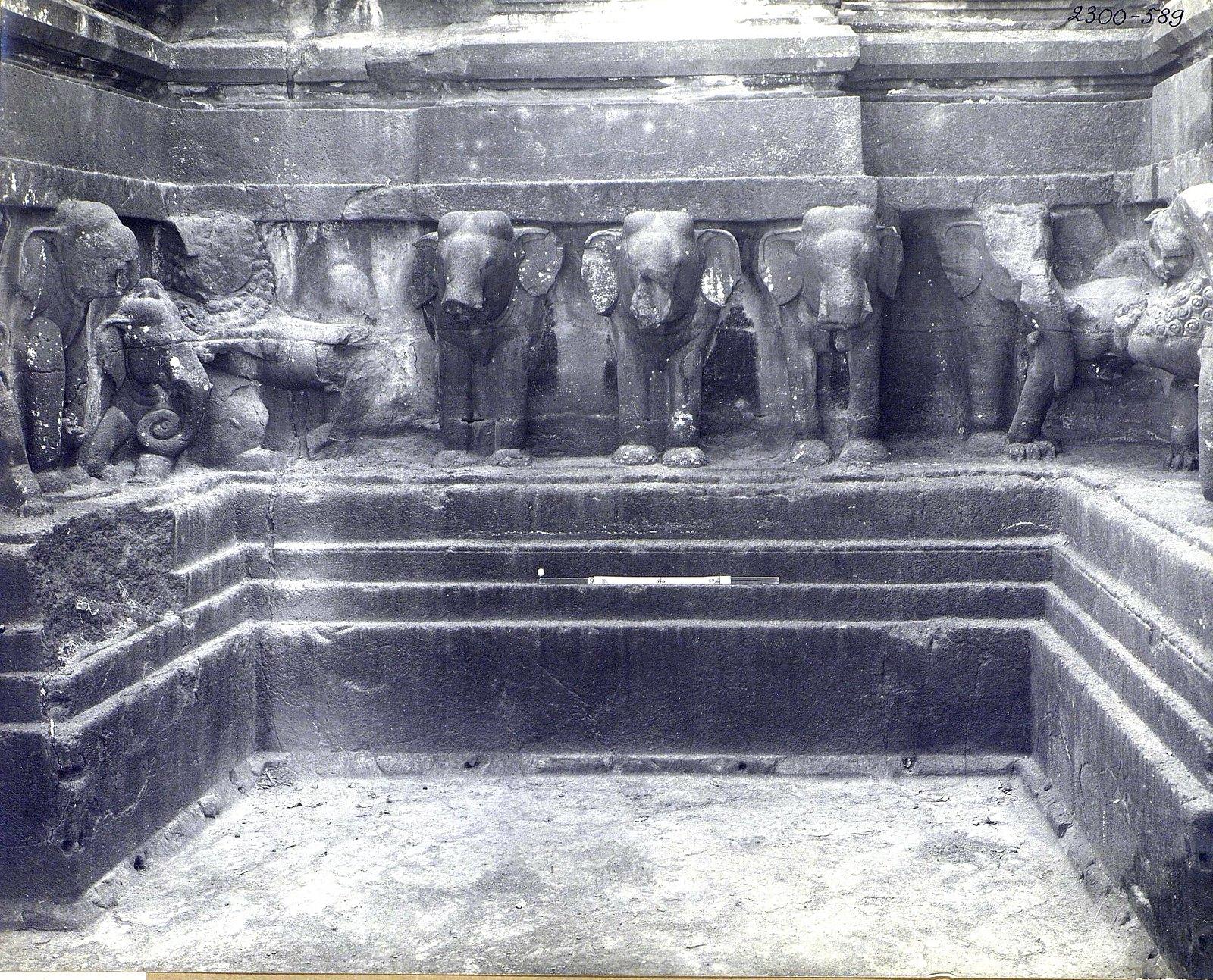 Храм Кайласа в Эллоре (деталь рельефа со слонами и львами) (18)