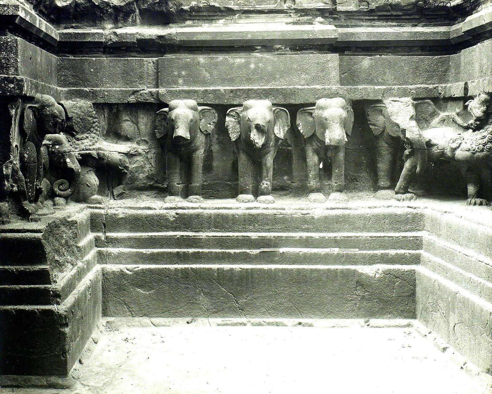 Храм Кайласа в Эллоре (деталь рельефа со слонами и львами) (13)