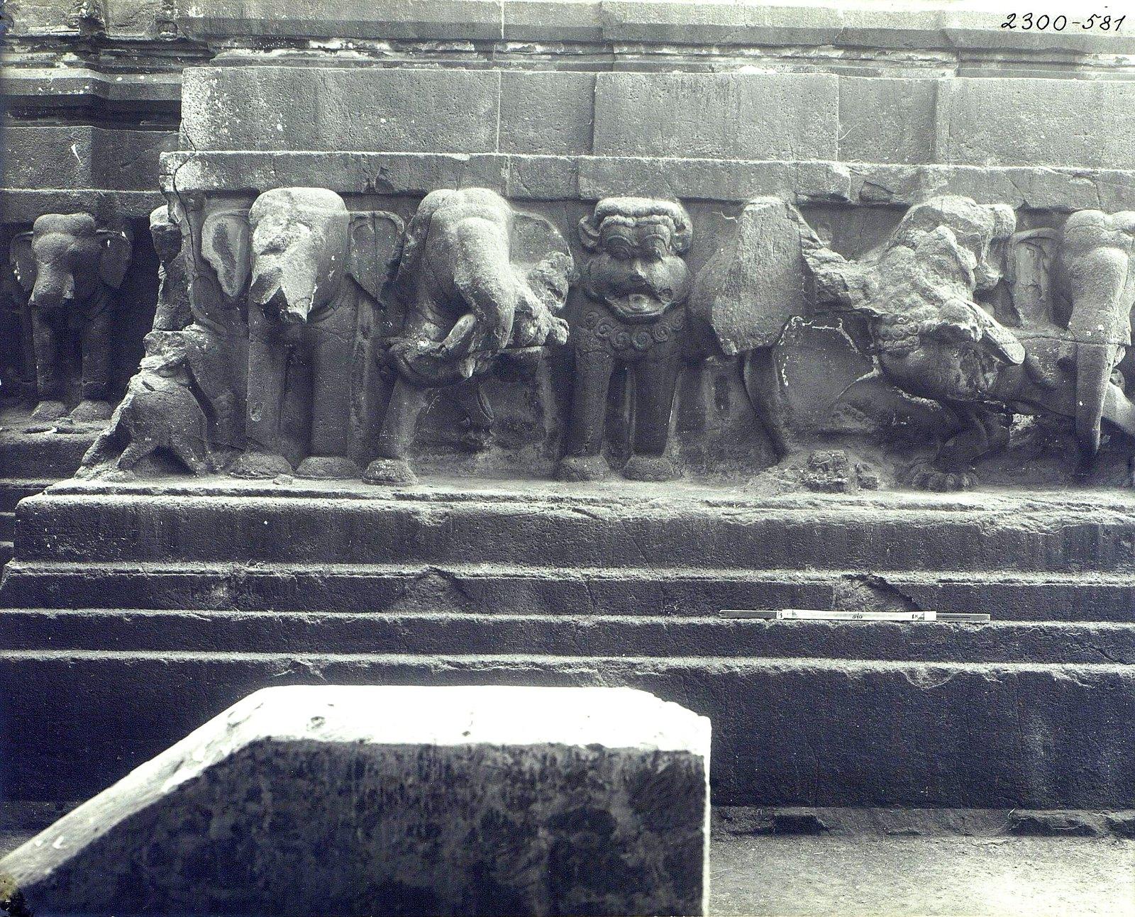 Храм Кайласа в Эллоре (деталь рельефа со слонами и львами) (11)