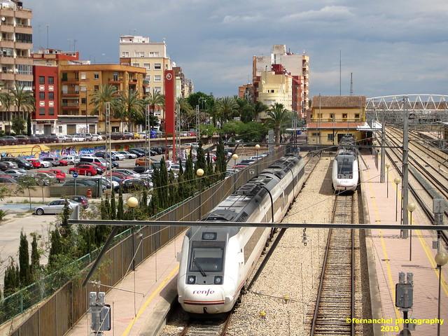 Cruce de trenes de media distancia en la Estación de SAGUNTO (Valencia)