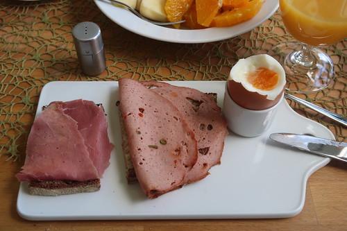 Rindersaftschinken und Paprika-Fleischkäse auf Majanne-Brot zum Frühstücksei
