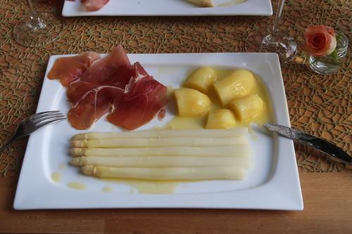Spargel klassisch mit Butter, Salzkartoffeln und zweierlei Schinken (mein zweiter Teller))