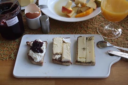 Ziegenfrischkäse mit Süßkirschmarmelade, Duc du Bourgogne und Allgäuer Kräuterkäse auf Majanne-Brot