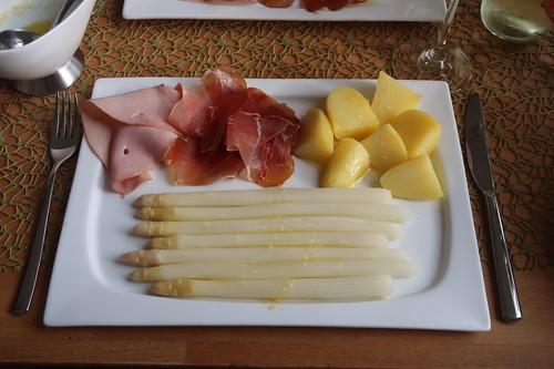 Spargel klassisch mit Butter, Salzkartoffeln und zweierlei Schinken (mein erster Teller))